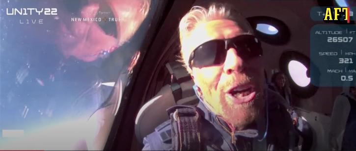Richard Branson på väg ner mot jorden efter den lyckade rymdfärden.