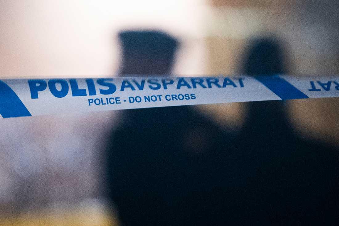 Entrén till ett flerfamiljshus i centrala Halmstad har exploderat. Arkivbild.