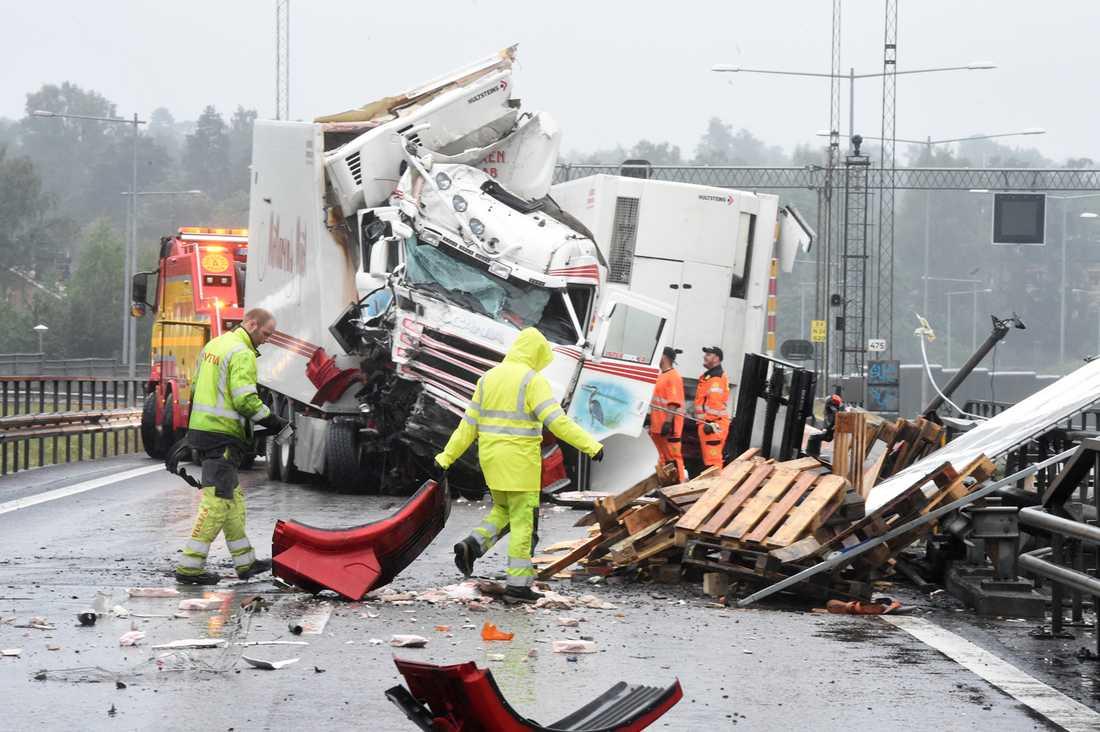 Trafikproblemen inleddes när en lastbil välte på E4:an i Södertälje.