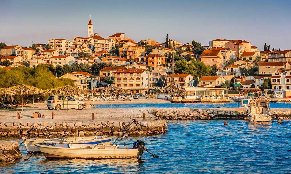 Trogirs gamla stadskärnan finns med på Unescos världsarvslista och här hittar du mysiga restauranger, butiker och en liten marknad.