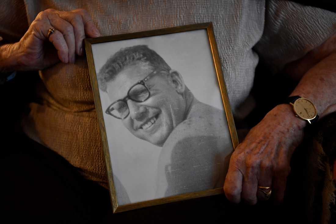 """Tauba Katzenstein håller i ett porträtt på maken Günter- """"Han kunde inte gå förbi en brödbutik utan att handla"""", berättar hon."""