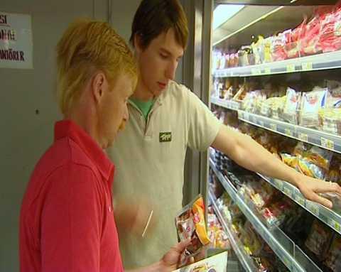 Roger berättade att han besöker mataffären 1-2 gånger om året. Här letar han efter korv.