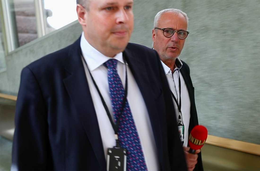 SD-ledamoten Patrick Reslow vägrar svara på Aftonbladets frågor i riksdagen i maj 2019.