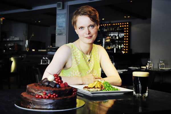 """Nej, Alice Brax, 35, tänker inte dö på ett tag – men hon vet vilken meny hon vill ha på sin egen begravning. """"Det ska vara kärleksfull mat som får mig själv på bra humör. Det vill jag även ge till mina vänner"""", säger hon och visar upp maten på restaurang Mississippi Inn."""