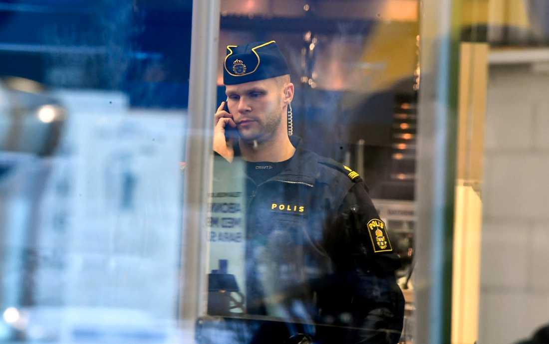Polis på plats  på Elgiganten.