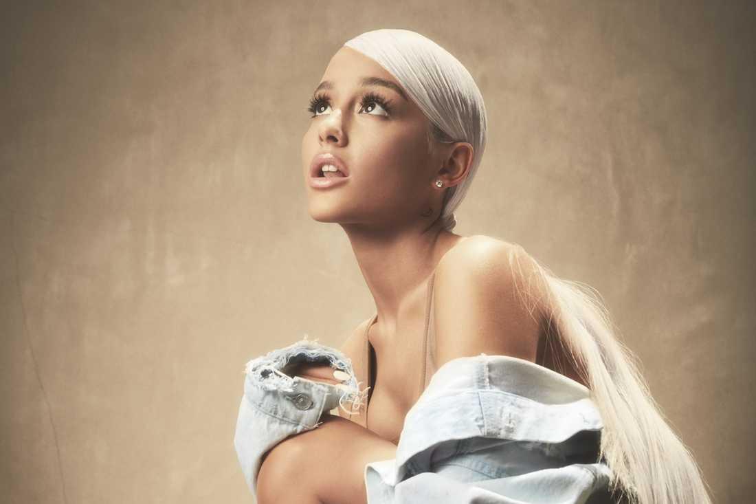 Både klichépop och starka känslor på Ariana Grandes   nya album.