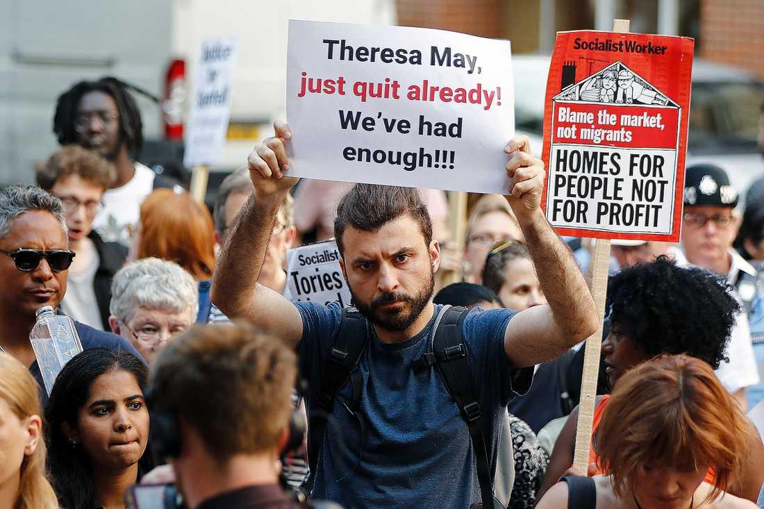 Efter sorgen kom ilskan. En man kräver Theresa Mays avgång på en demonstration efter branden i London.