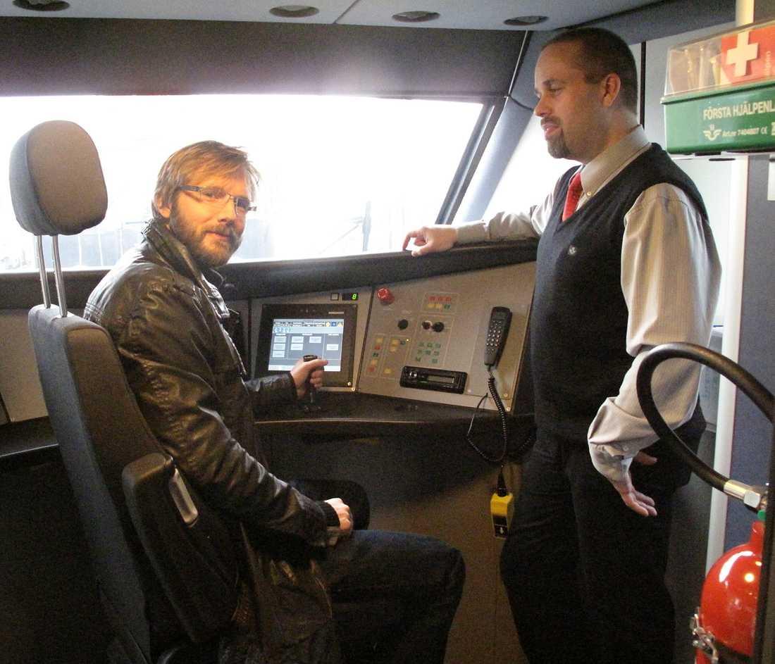 """RESA:s reporter vid spaken på nya SJ3000. Lokföraren Roger Eriksson visar upp tekniken. """"Det är tyst och komfortabelt att köra. Alla instrument är inom armlängds avstånd och tåget accelererar väldigt snabbt"""", säger Roger Eriksson."""