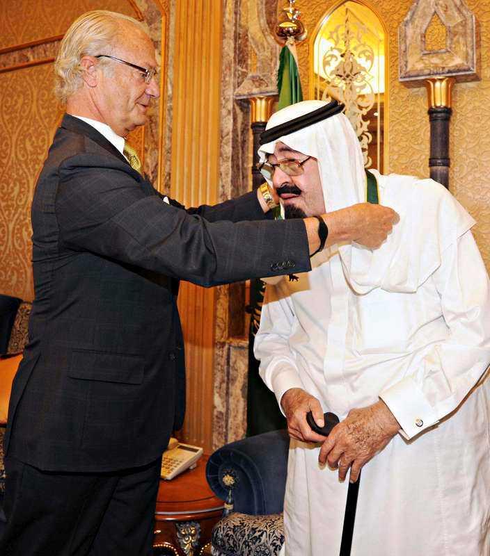 Här hyllar kung Carl XVI Gustaf Saudiarabiens kung Abdullah med förtjänsttecknet Bronsvargen.
