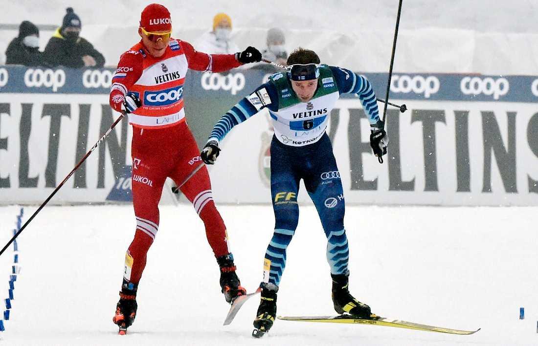 Rysslands Alexander Bolsjunov, vänster, var irriterad på Joni Mäki, Finland.