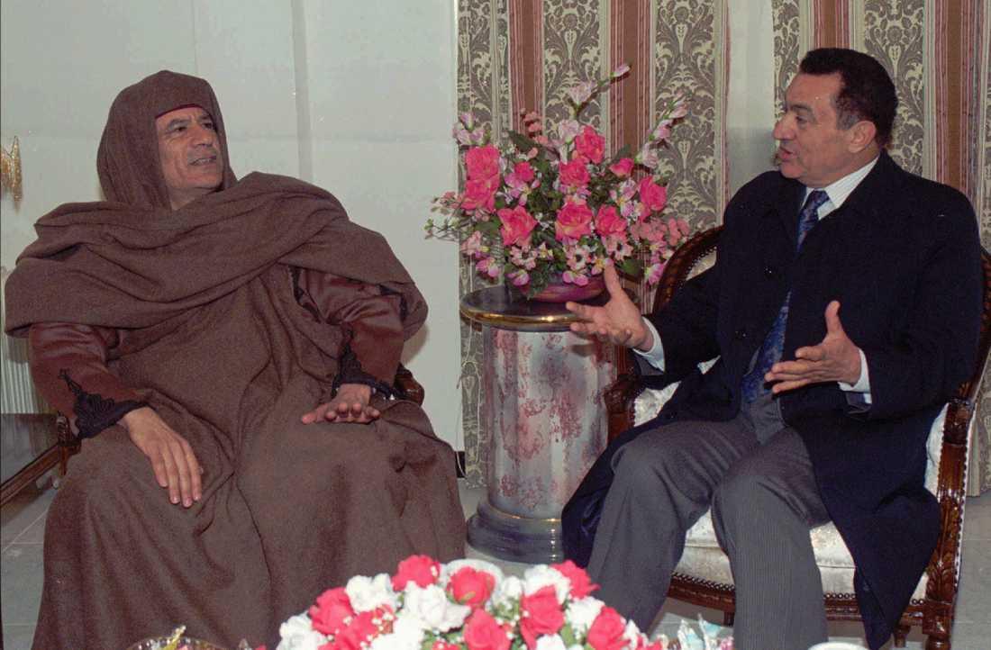 Egyptens dåvarande president Hosni Mubarak besöker Gaddafi i Libyen 1996.