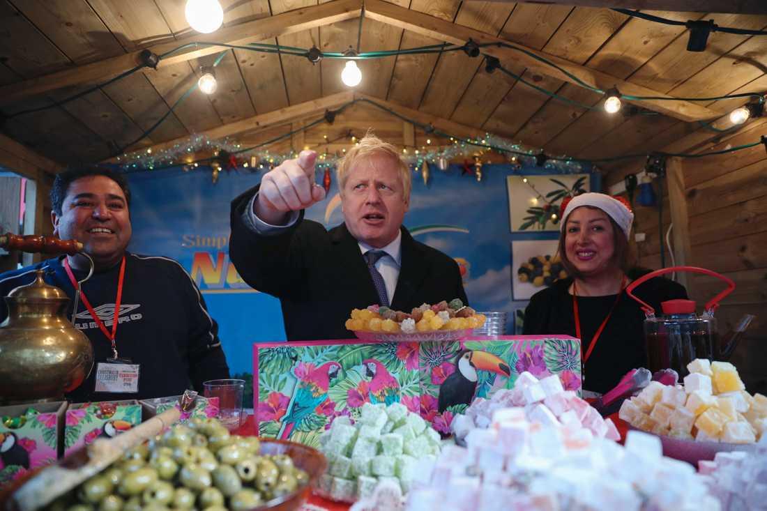 Storbritanniens premiärminister Boris Johnson besöker en julmarknad under ett valturnéstopp i Salisbury i början av december.