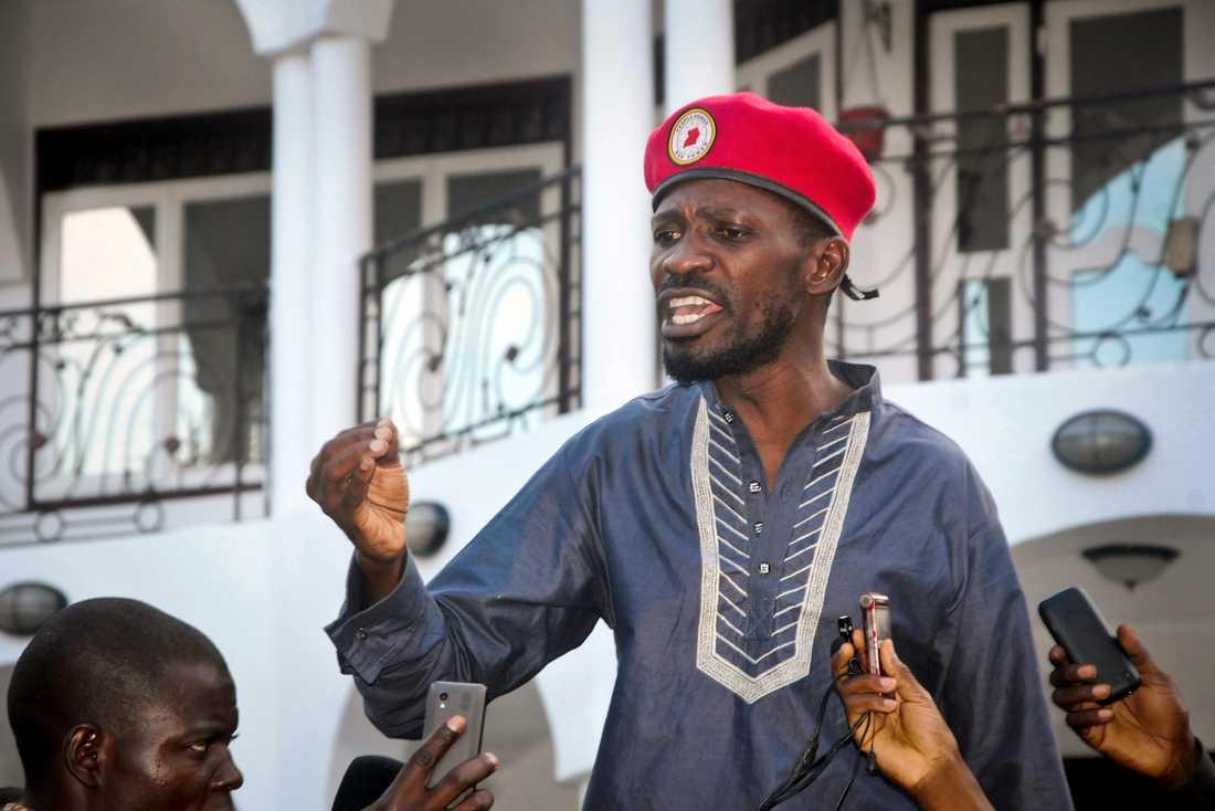 Popstjärnan och oppositionspolitikern Robert Kyagulanyi, mer känd som Bobi Wine, tas emot av sina anhängare i Ugandas huvudstad Kampala i maj i år efter att han släppts ur fängelse mot borgen.