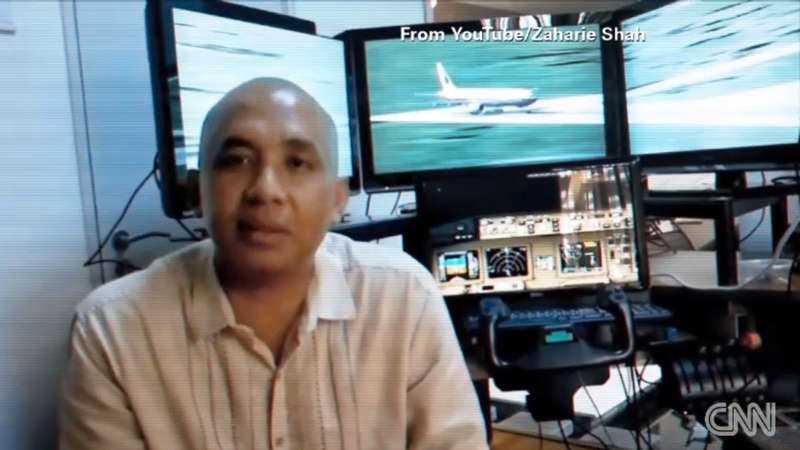 Piloten Zaharie Ahmad Shah framför sin flygsimulator.