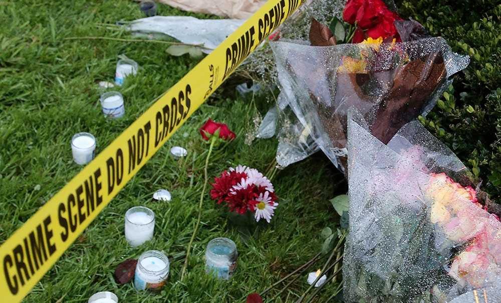 Ljus och blommor utanför den terrorangripna synagogan i Pittsburgh.
