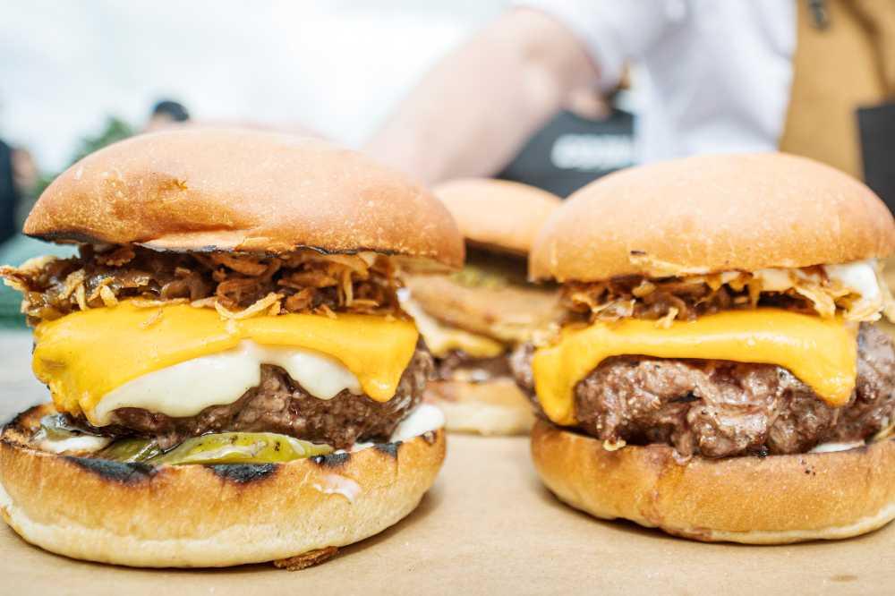 Tryffelaioli och karamelliserad lök på hamburgaren.