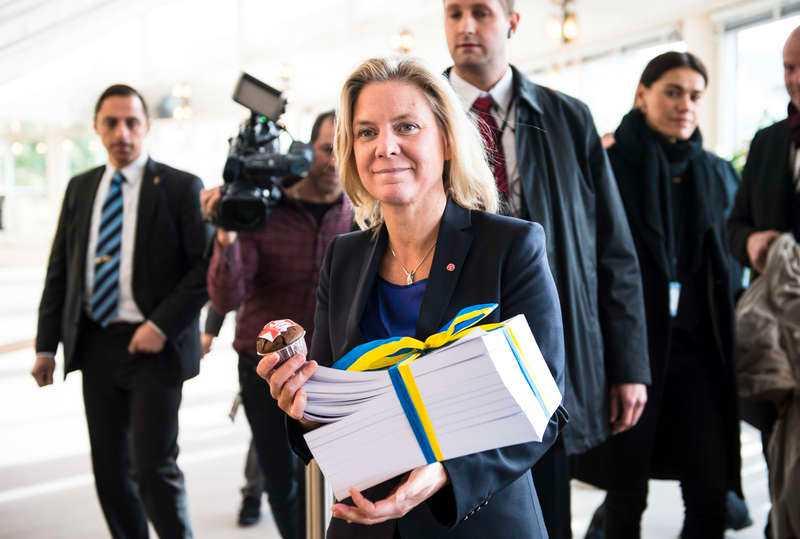 Finansminister Magdalena Andersson under budgetpromenaden.