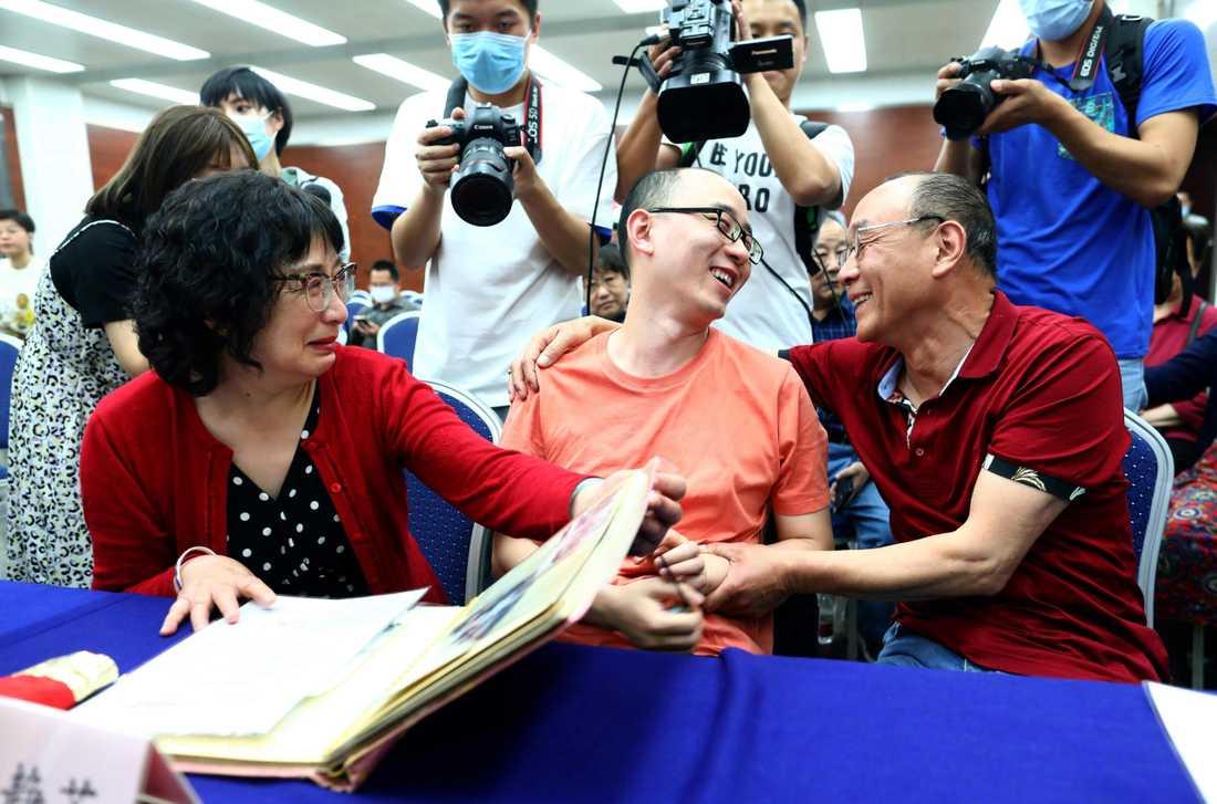 Familjen har äntligen återförenats, 32 år senare. Mamman Li Jingzhi till vänster, sonen Mao Yin (som numera heter Gu Ningning) i mitten och pappan Mao Zhenjing till höger.