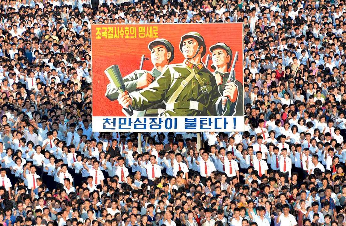 Tusentals nordkoreaner marscherade genom Pyongyang under onsdagen.