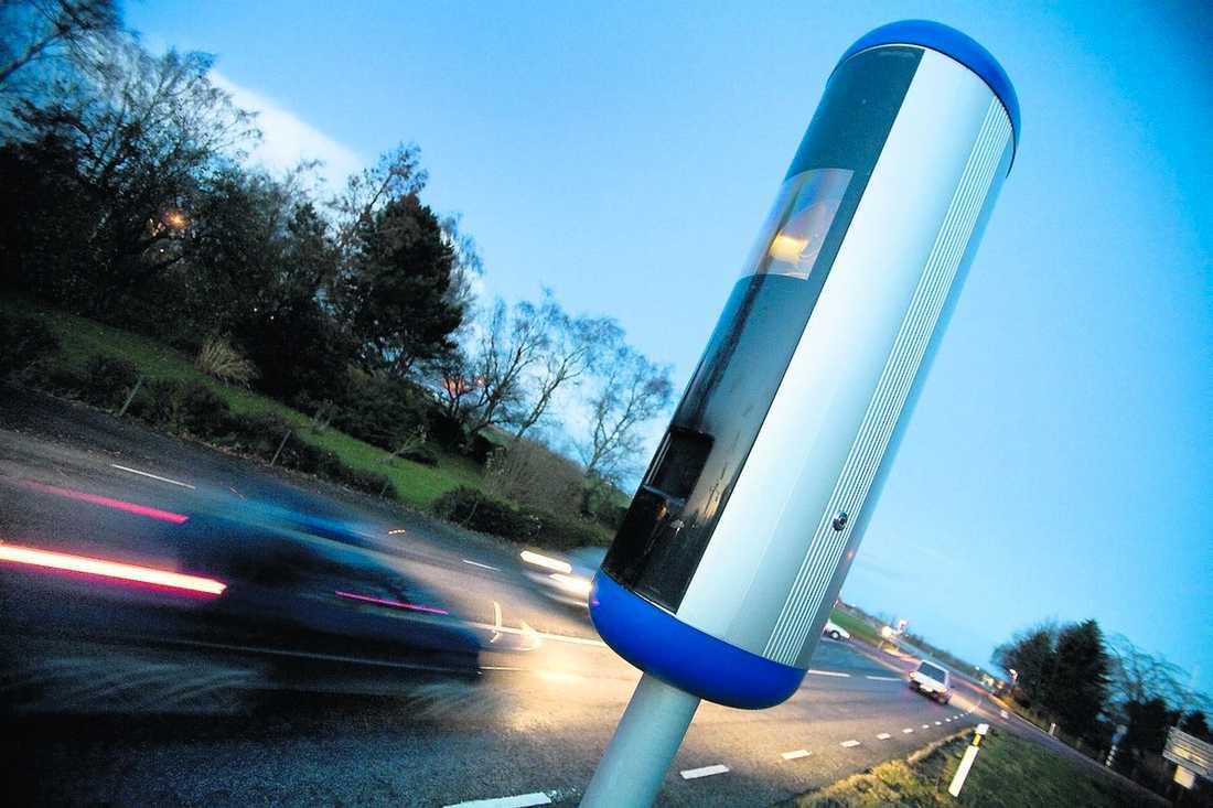 200 000 svenskar åker fast – varje år Enligt polisen är fartkameror en anledning till att antalet olyckor med dödlig utgång har minskat de senaste åren.