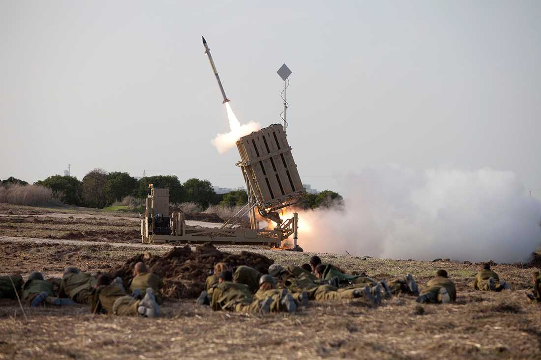 """Israel avfyrar en missil från deras vapensystem """"Iron dome"""".  Bilden är tagen vid ett tidigare tillfälle."""
