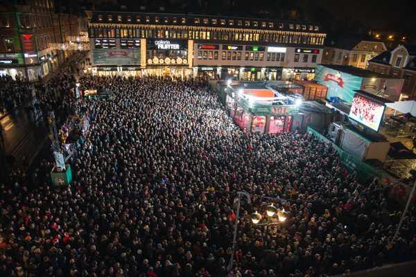 Fullt på Stora torget i Linköping när Musikhjälpen avslutades på lördagskvällen.