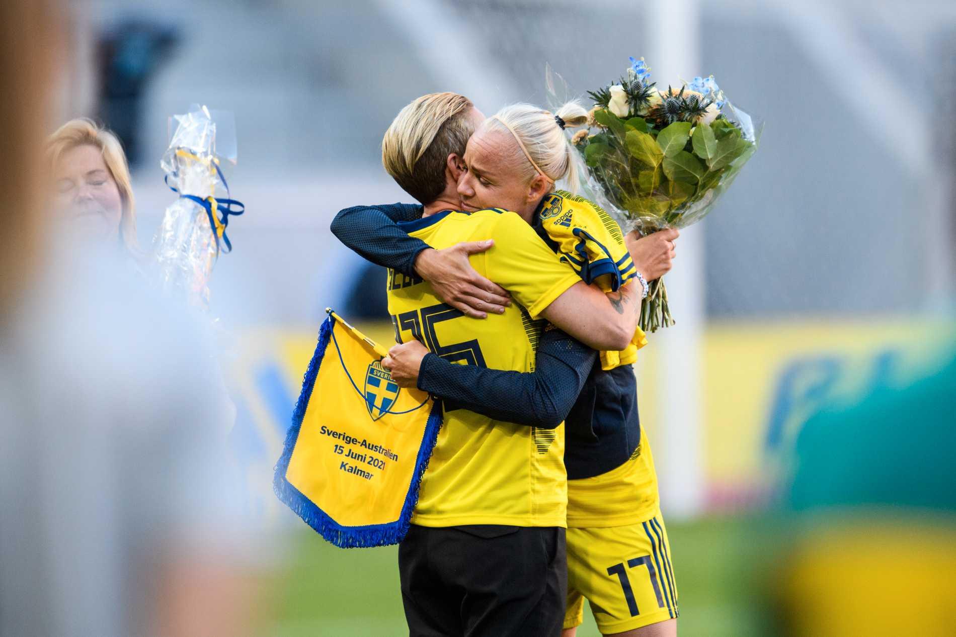 Caroline Seger fick en kram av den tidigare rekordhållaren Therese Sjögran inför avspark.