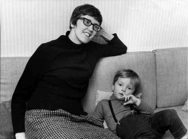 """Tv-seriens Kerstin Thorvall (spelad av Cilla Thorell) ägnar sig inte åt sexturism. Men det gjorde verklighetens Kerstin Thorvall (till vänster 1963). Fredrik Virtanen tycker att det självklart borde ha visats i """"Det mest förbjudna""""."""