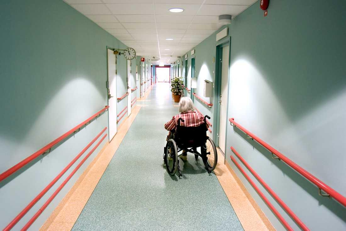 Allt fler anhöriga stoppar sina äldre från att ta in på äldreboenden. Coronakrisen har skapat en förtroendekris.