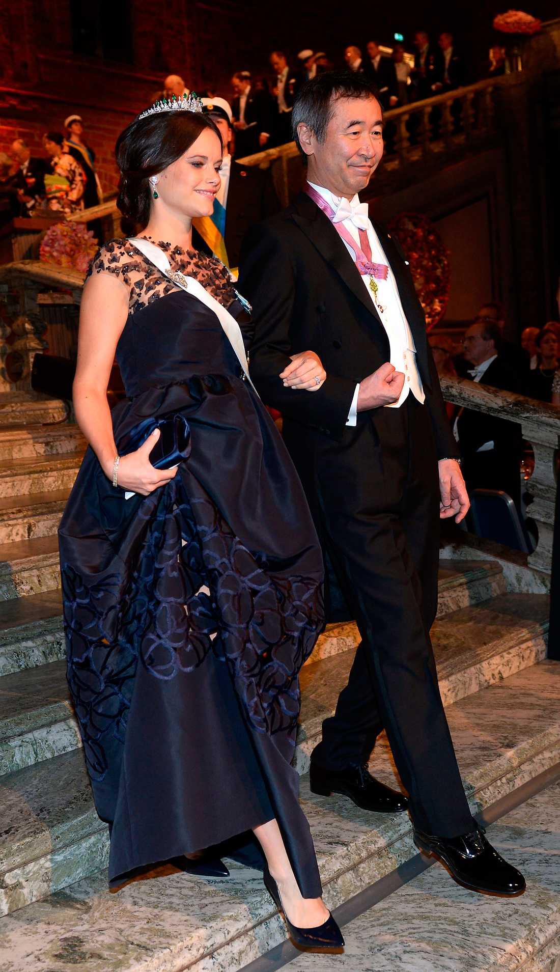 e7d9b265465 Sofias klänning vid nobelfesten 2015 kostar 76 000 kronor i butik. Men det  sägs att