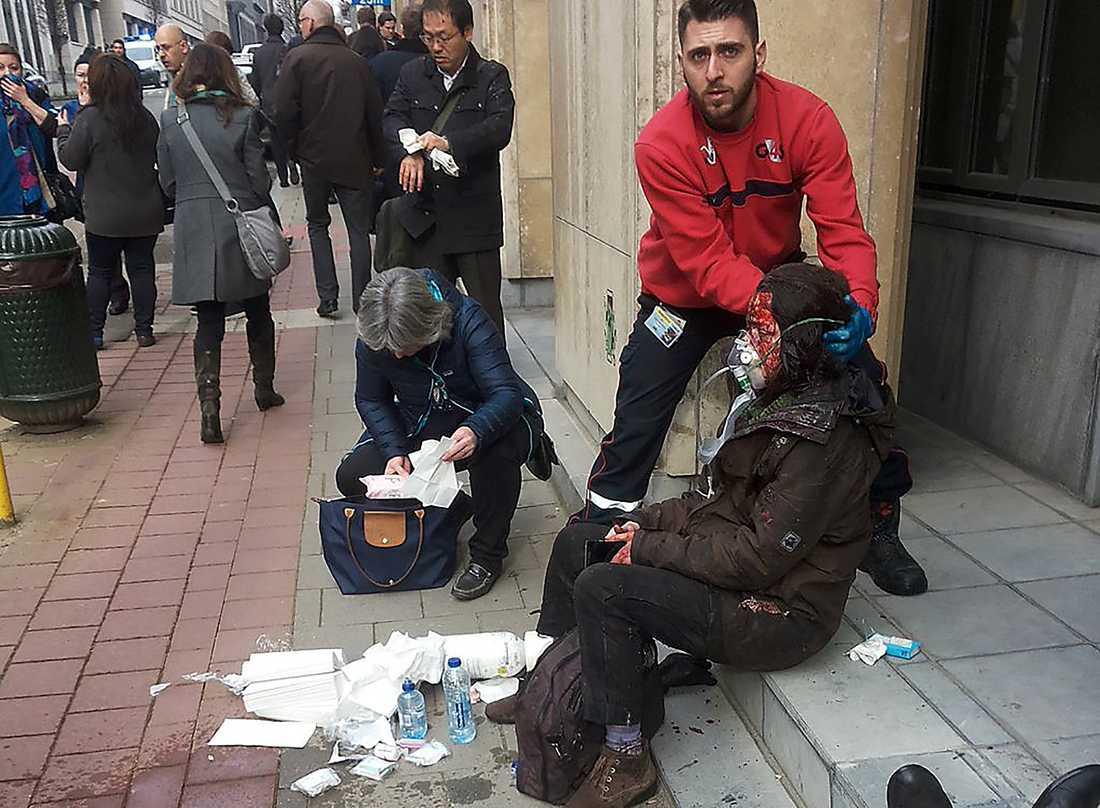 Skadad tas omhand vid Maalbeek tunnelbanan i Bryssel.,