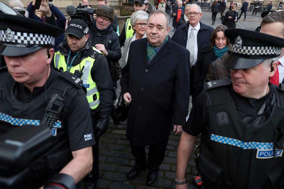 Alex Salmond utanför domstolen i Edinburgh i november 2019, när han vittnade i åtalet om sexbrott.