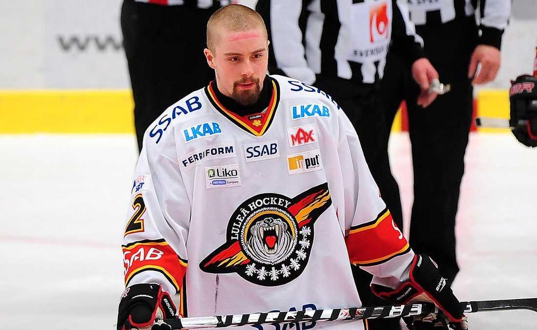 Pierre Johnsson får ta på sig Tre Kronors tröja.