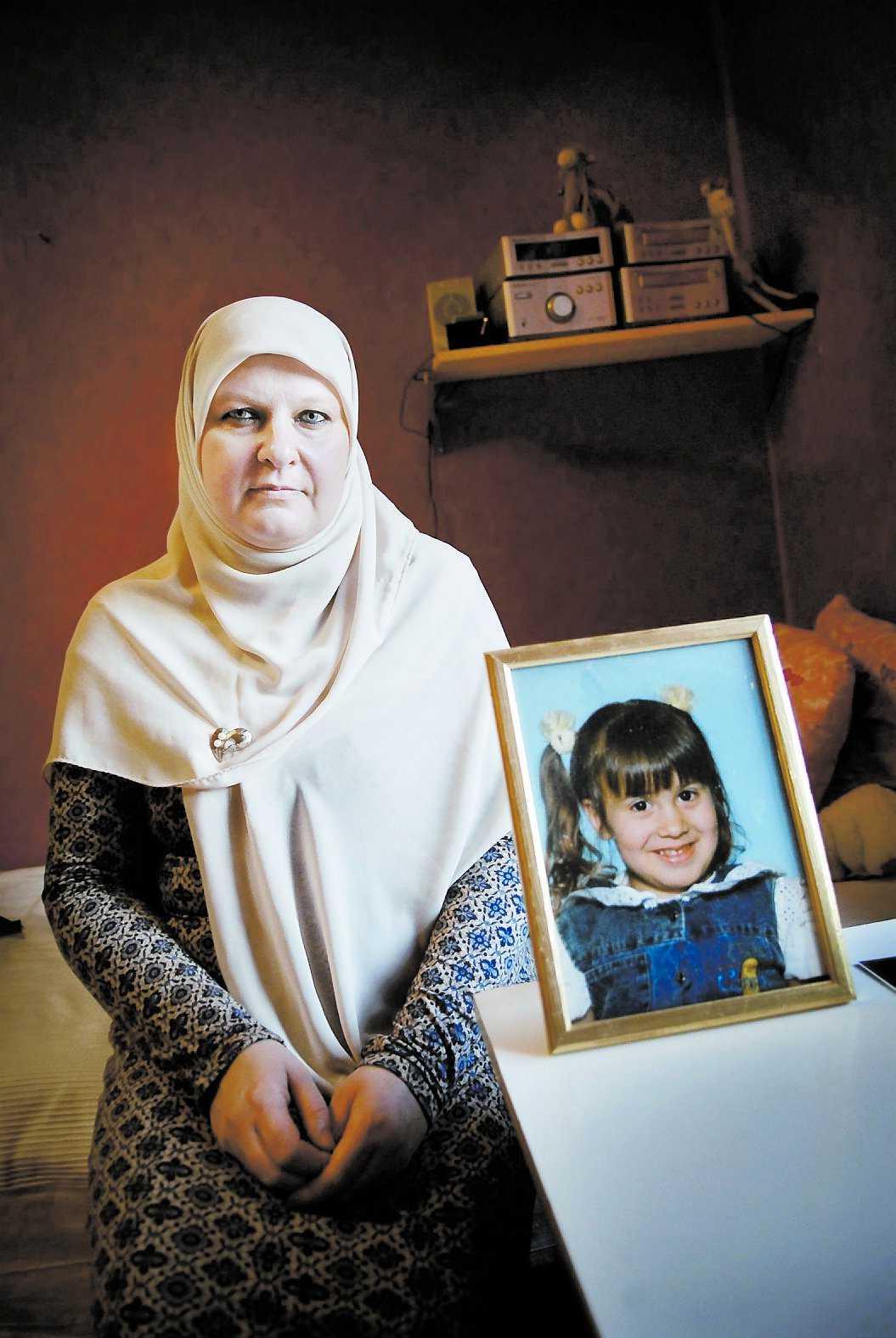 Safias mamma Helena Benaouda står i ständig kontakt med UD för att få veta vad som hänt med hennes dotter.