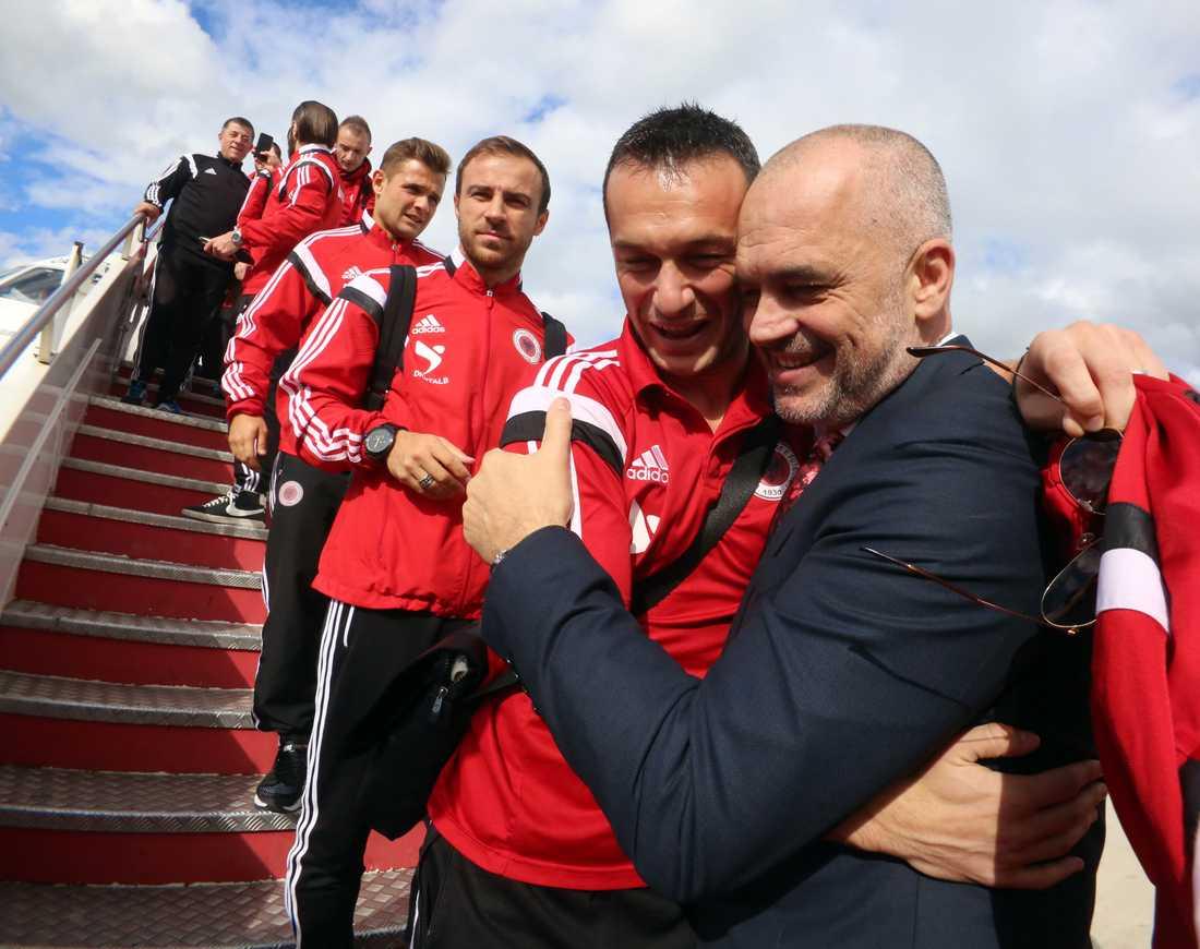 Albanska spelare firas vid hemkomsten till Tirana. Albanien vann mot Armenien med 3–0 i sista omgången och gick till EM på Danmarks bekostnad.