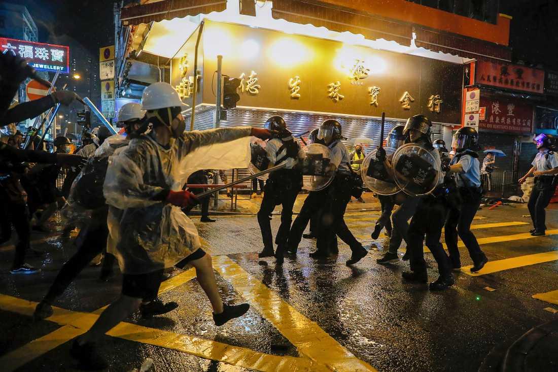 Demonstranter drabbar samman med polis i Hongkong.