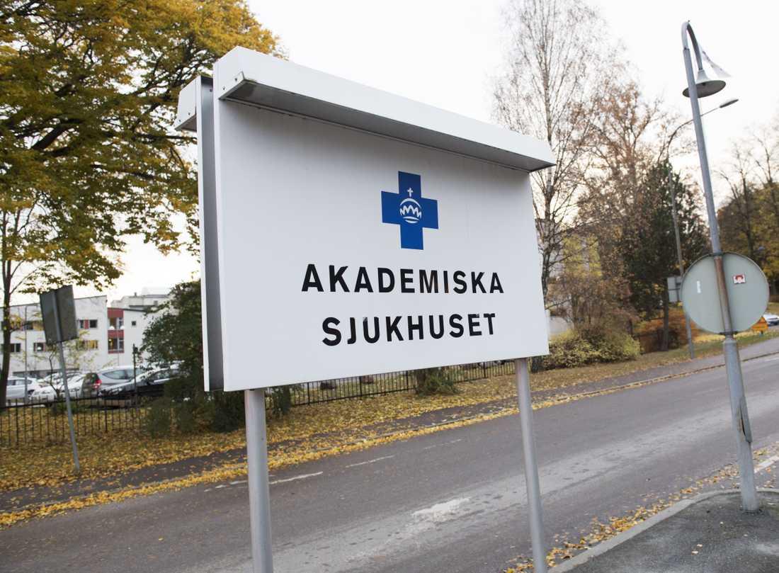 Flera sjukhus har ställt in operationer på grund av materialbristerna.