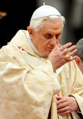 Påven Benedictus XVI kunde fortsatta mässan direkt efter attacken.