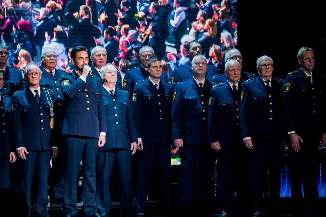 "Poliskören Stockholm sjöng ""Heroes"" med Uno Svenningsson"
