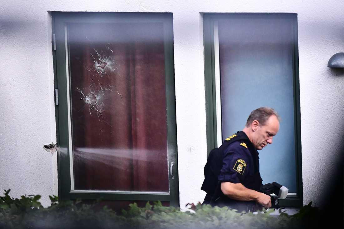 Skotthål i fönstret efter skjutningen i Råcksta där en 18-årig kvinna dog.