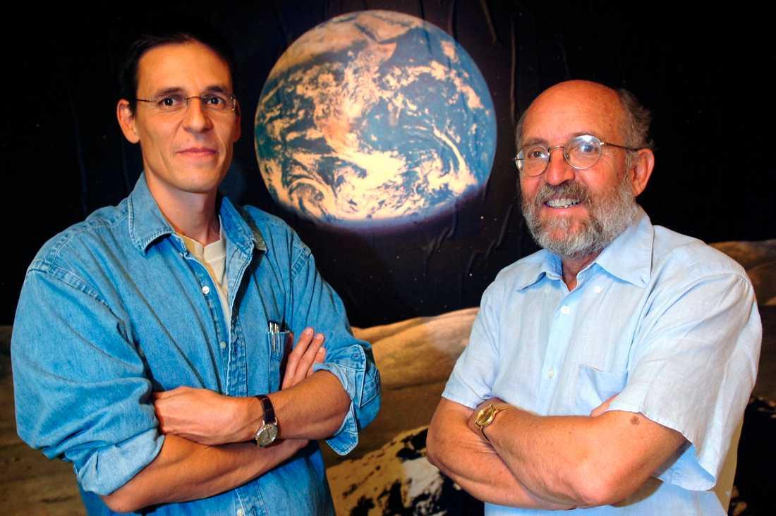Didier Queloz och Michel Mayor frå tillsammans med James Peeble (saknas på bilden) 2019 års Nobelpris i fysik.