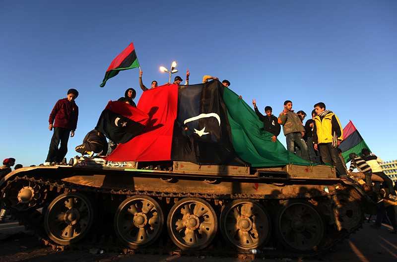 Den militära utrustning och vapen som rebellerna tagit över är från Sovjettiden. Trots det planerar de att tåga de 75 milen genom öknen mot Gaddafis högkvarter i Tripoli.