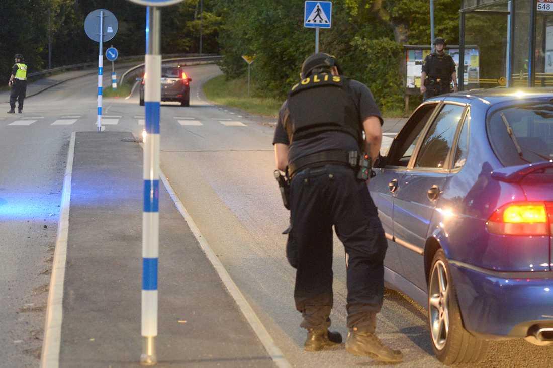Polisavspärrningar vid Kalhäll norr om Stockholm.