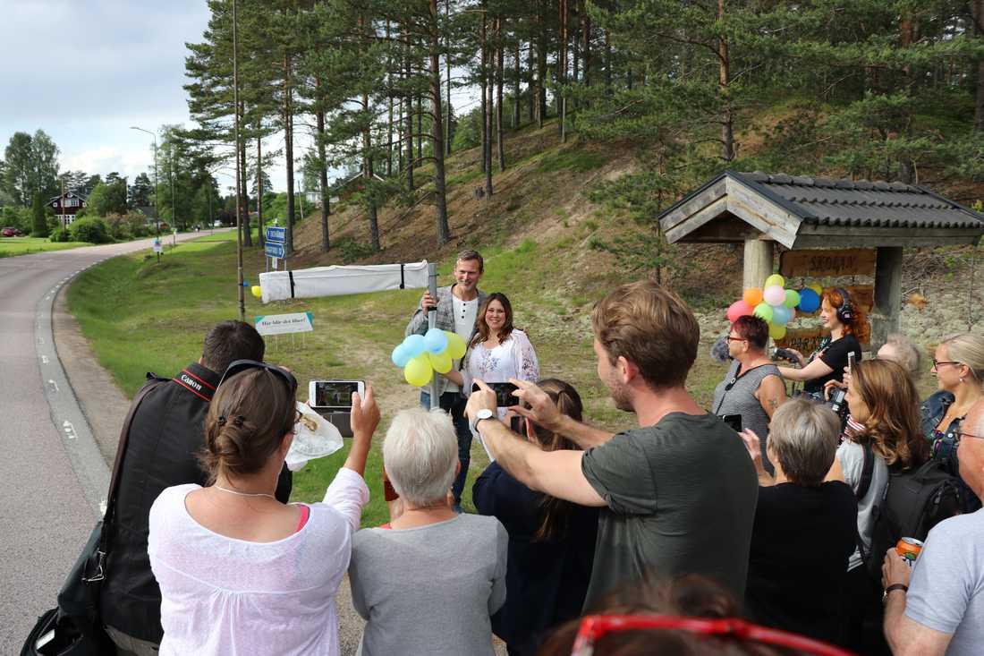 ÄNTLIGEN BÄST I SVERIGE Trängseln var stor runt skylten som avtäcks av Eva Wigh och Rickard Sjöberg.