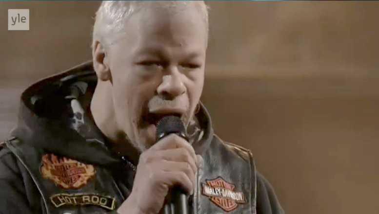 Frontmannen Pertti Kurikka under Pertti Kurikan Nimipäivät framträdande i finalen av finska Melodifestivalen.