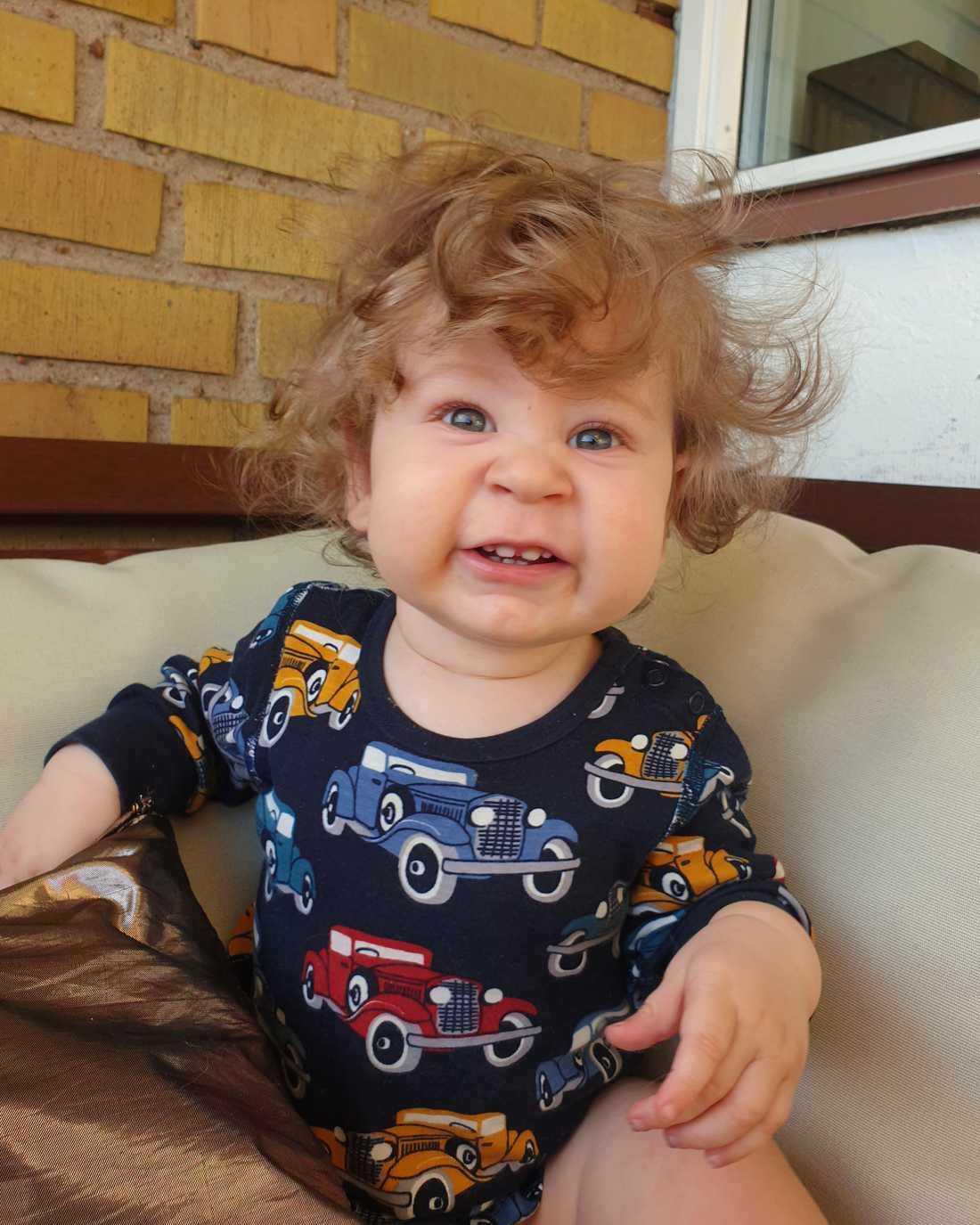 """""""Vår lilla Olle har en rejäl kalufs om vi får säga det själva! Han får alltid så mycket komplimanger om sitt fina hår och alla som inte känner honom tror att han är en flicka. Olle är nu tio månader men han har haft mycket hår sedan han föddes. Vi får nu sätta upp håret så att han inte får det i ögonen. På bilden är han cirka åtta månader"""", hälsar Emma och Andreas Palmqvist från Helsingborg."""