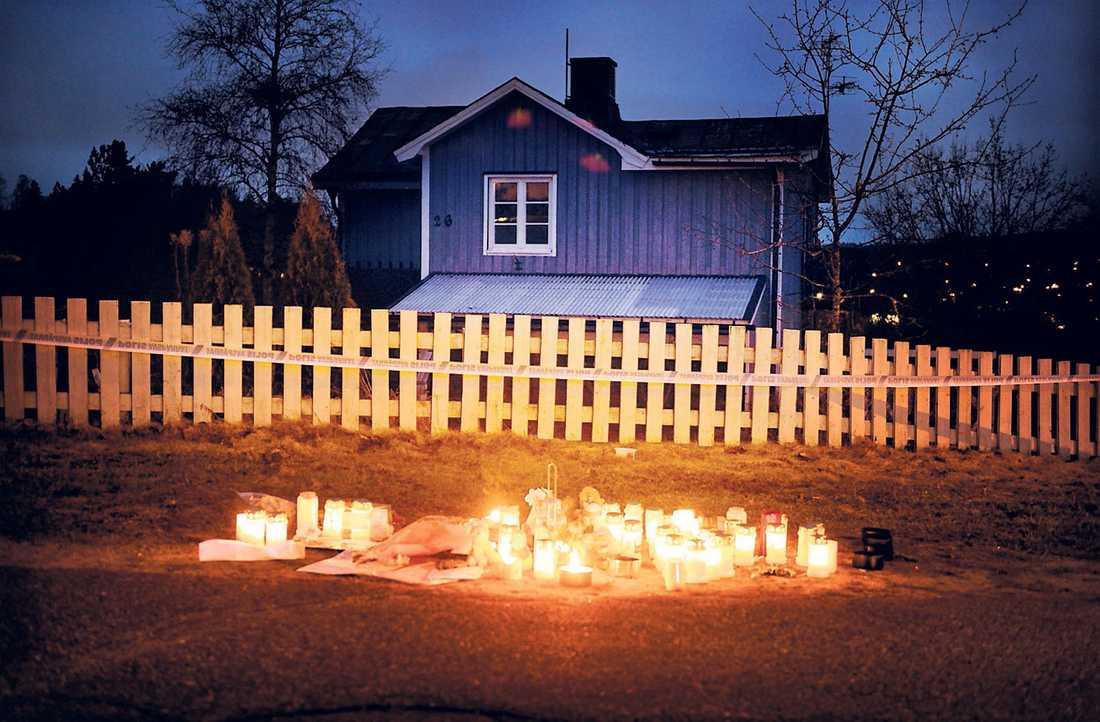 Mängder med ljus har tänts utanför det hus där Ragnar Nilsson mördade tre personer.