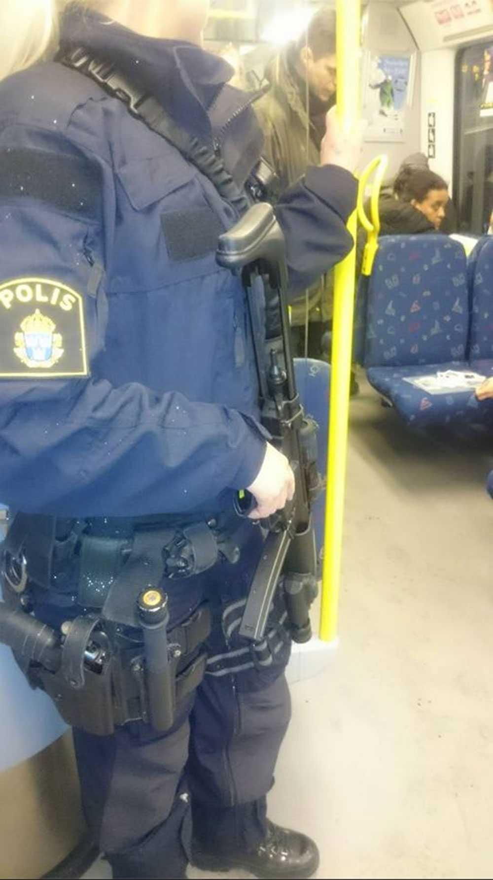 Polis i tunnelbanan med förstärkningsvapen.
