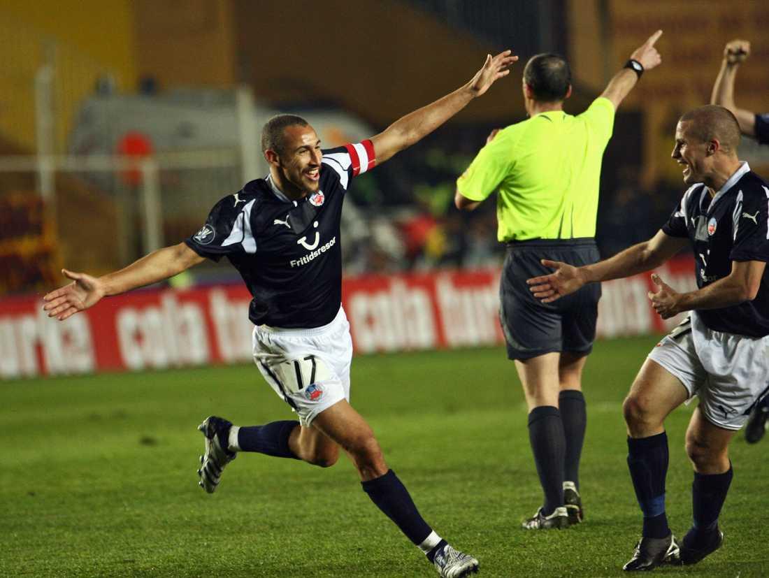 Henrik Larsson jublar efter 1-0.