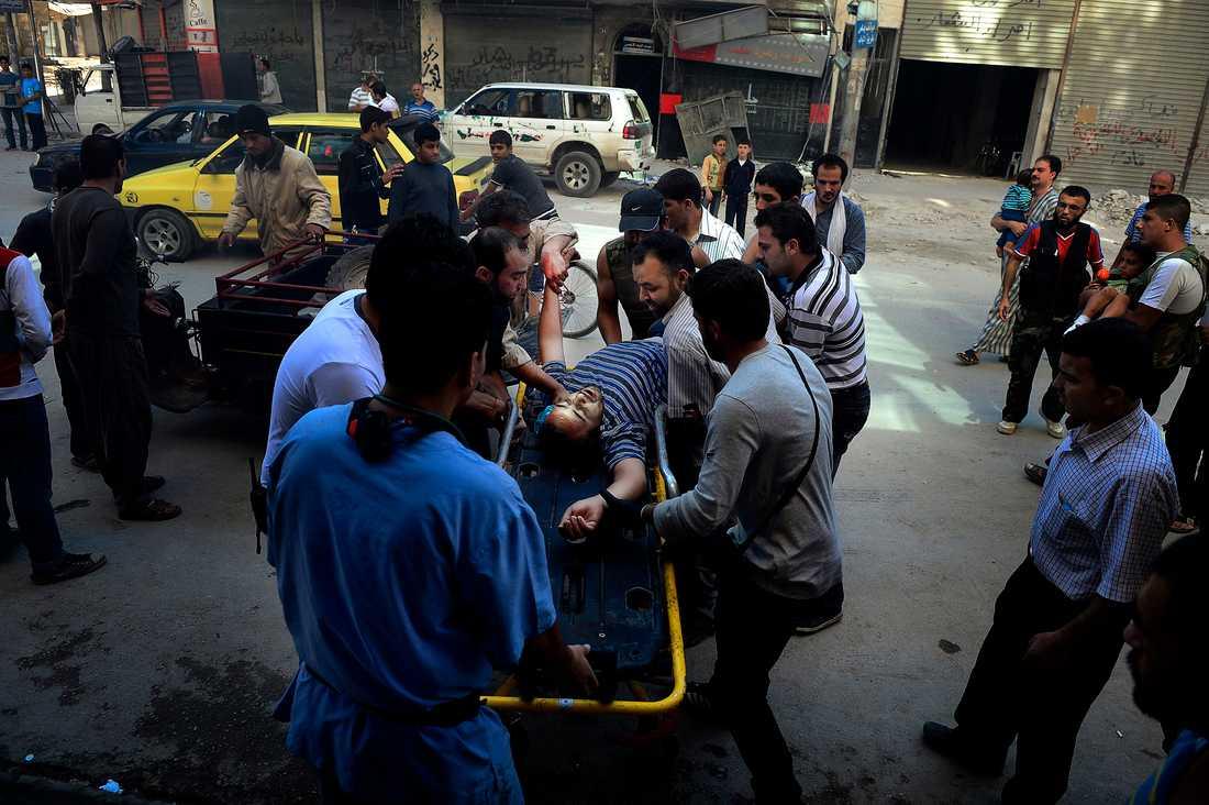 """HAN SKULLE BARA KÖPA BRÖD Omar Suleiman, 48, träffades i nacken av krypskyttens skott när han skulle köpa bröd hemma i stadsdelen Tareeq al-Baba. """"Du ser själv. Han har skadats i nacken och vi har inte tryckförband"""", säger narkosläkaren Abu Ismail och vädjar till världen. De behöver hjälp med mediciner utrustning – och fler läkare."""